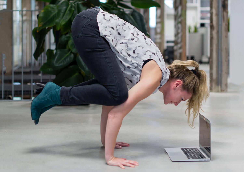 Praya yoga leert je stretchen op werk om rustig te worden